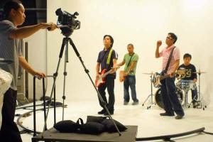 """Ruel Antipuesto shooting Missing Filemon's """"Sinesine"""" music video"""